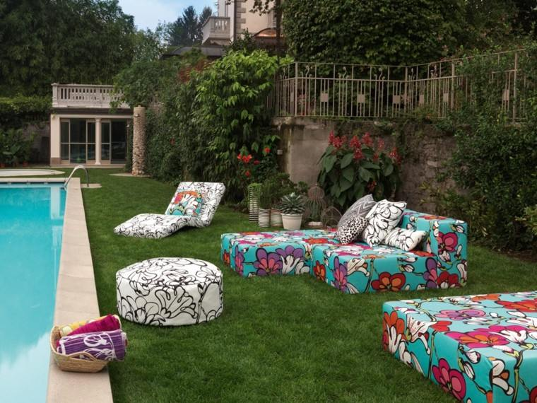 sofas tumbonas colores vibrantes jardin piscina ideas
