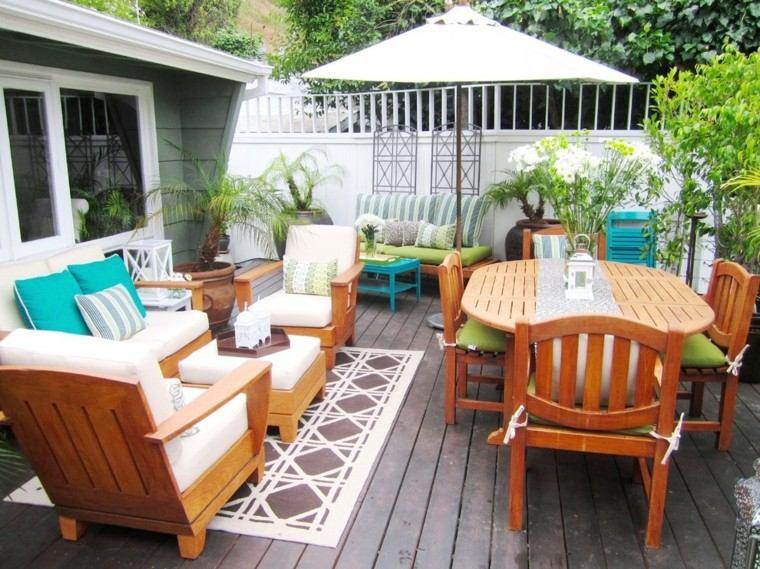 terraza madera muebles faroles sombrilla