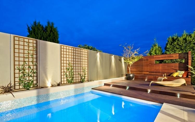 terraza madera piscina atardecer muro