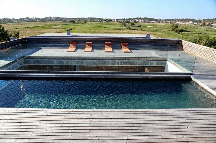 terraza madera piscina tumbonas naranja