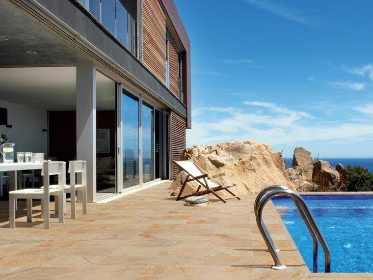 terraza mesa sillas blancas madera piscina ideas
