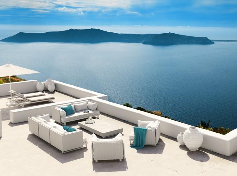 terraza muebles blancos sofa tumbonas sombrilla ideas