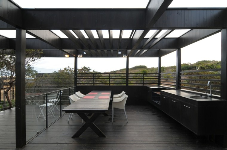 terraza pergola negra mesa madera sillas blancas ideas