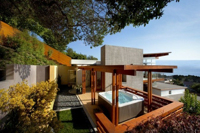 terraza madera jacuzzi pequeño pergola