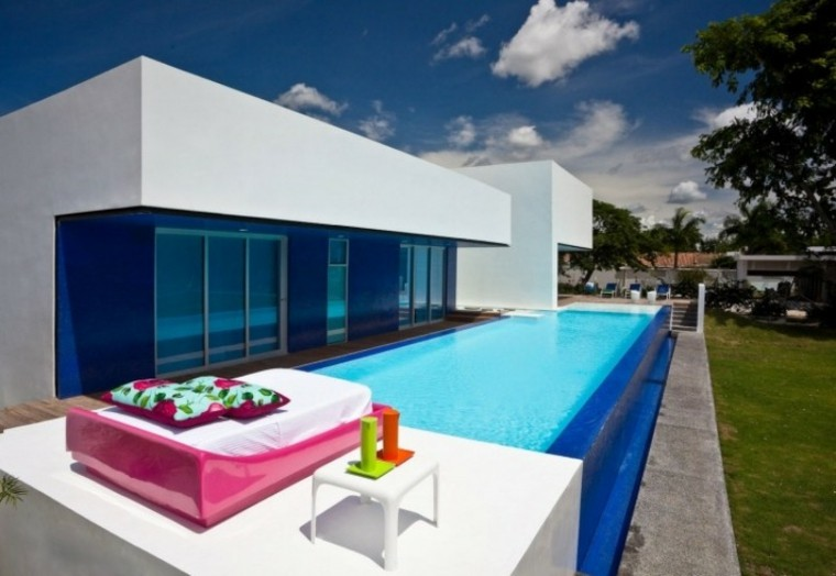 tumbona grande rosa cojines mesita blanca piscina ideas