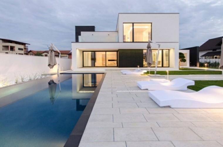 tumbonas blancas suelo losas piscina jardin ideas