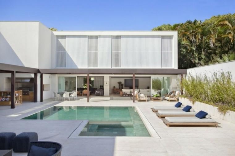 tumbonas madera jardin amplio piscina ideas