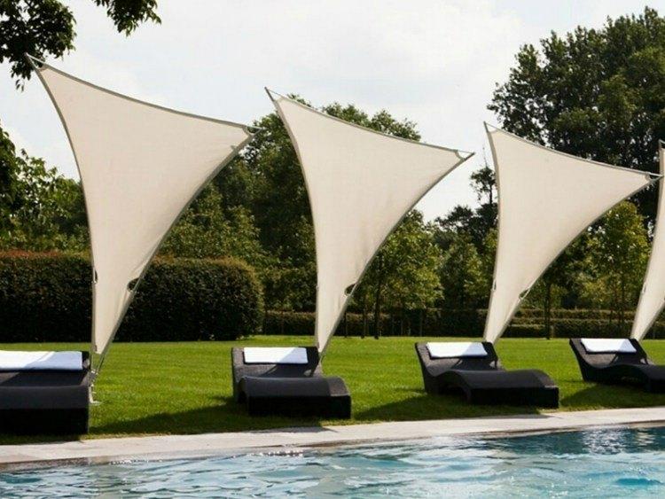 tumbonas negras parasoles individuales blancos