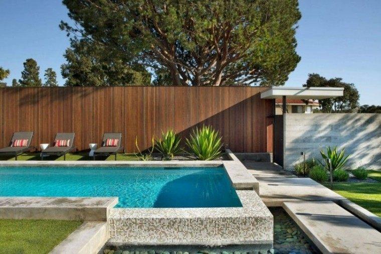 valla alta madera jardin tumbonas piscina ideas