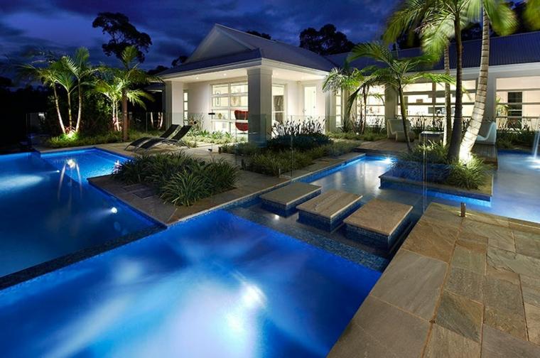 varias piscinas diseño jardin moderno