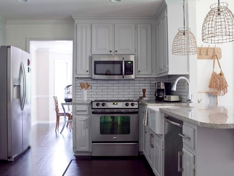 Anisa-Darnell-cocina-pared-losas-blancas-pequena Blog