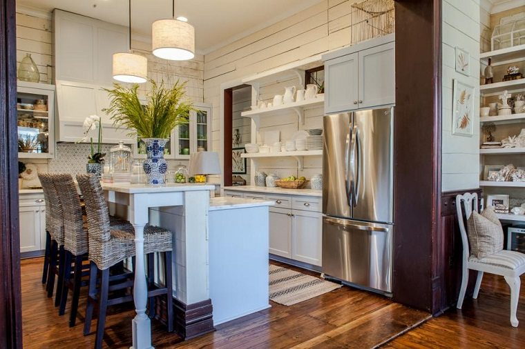 Drake Frye cocina pared madera blanca isla ideas