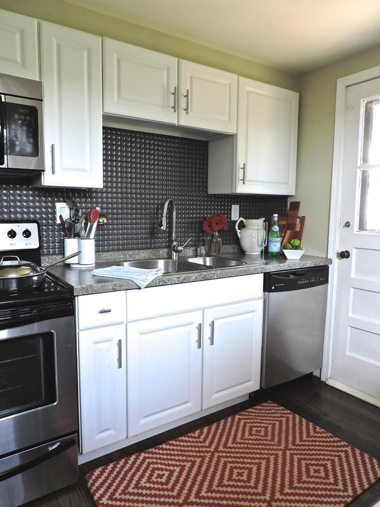 gail fedela cocina pared negra alfombra roja ideas