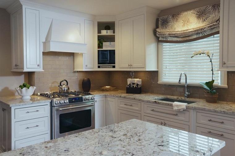 Susan-Brunstrum-cocina-armarios-blancos-madera-encimera-granito Blog