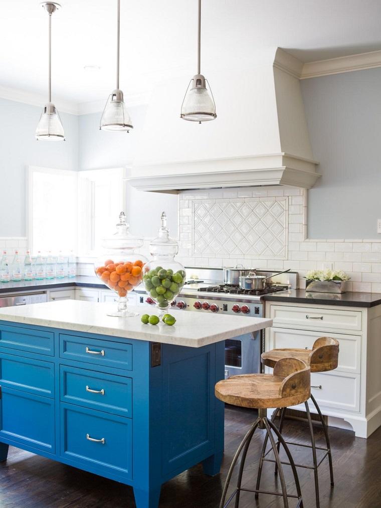 Susan Manrao cocina moderna isla madera azul ideas
