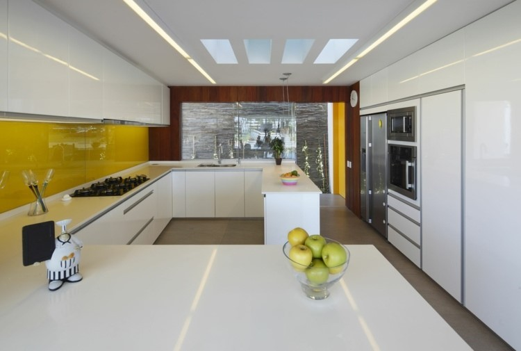 amarillo vibrante panel pared cocina encimeras blancas ideas