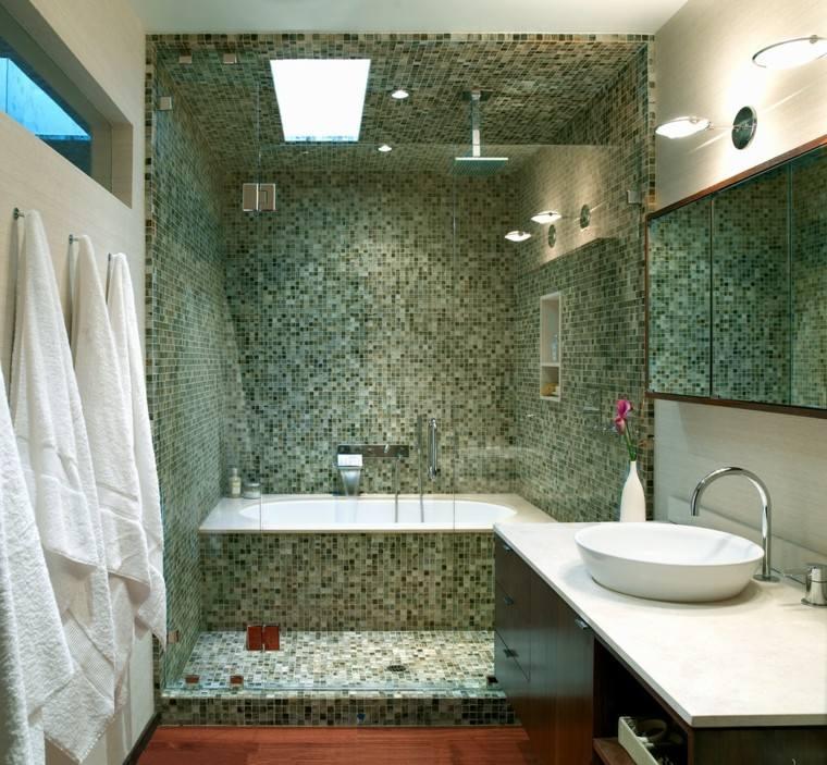 bañera mural ducha toallas blancas