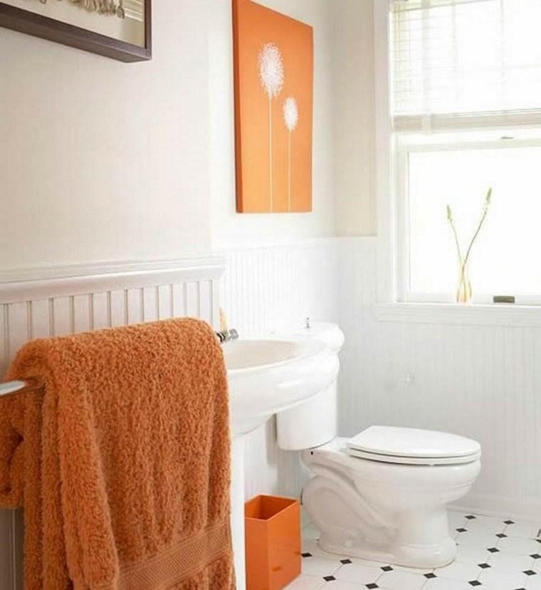 baño blanco elementos color naranja