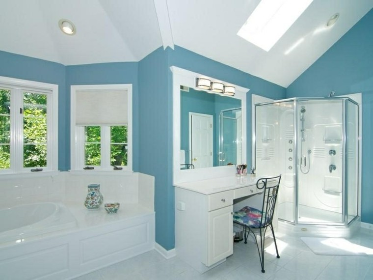 Baño Verde Con Blanco:Blue Bathroom with White Trim