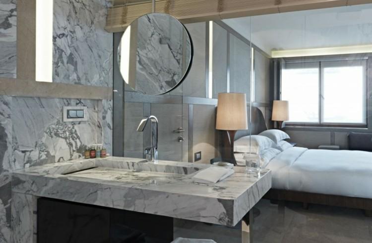 cuarto baño marmol puertas cristal