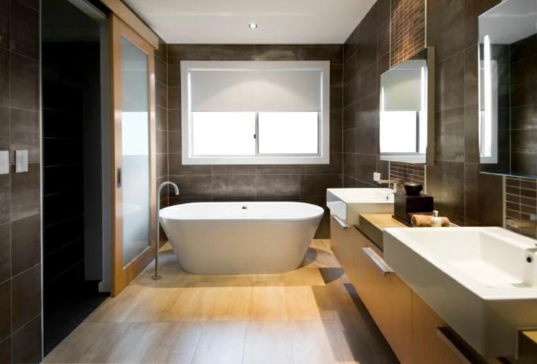 baño color marron suelo madera