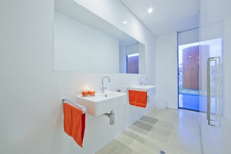 baño blanco toallas naranja