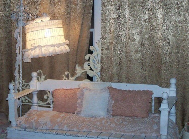 banco blanco cortinas doradas