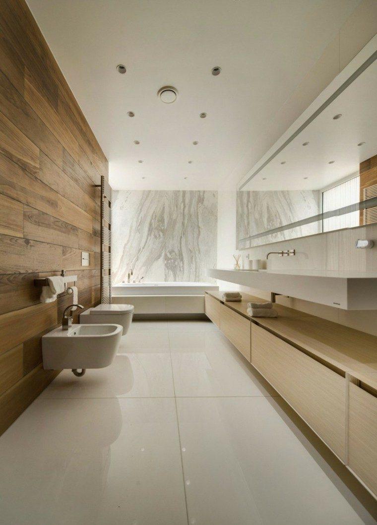 Baño Minimalista Rojo:Baños minimalistas modernos con pared de madera natural