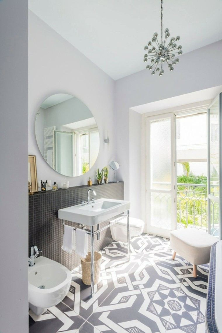 Baños Diseno Clasico:Mámapara de crístal transparente y lavabo de mármol en el baño