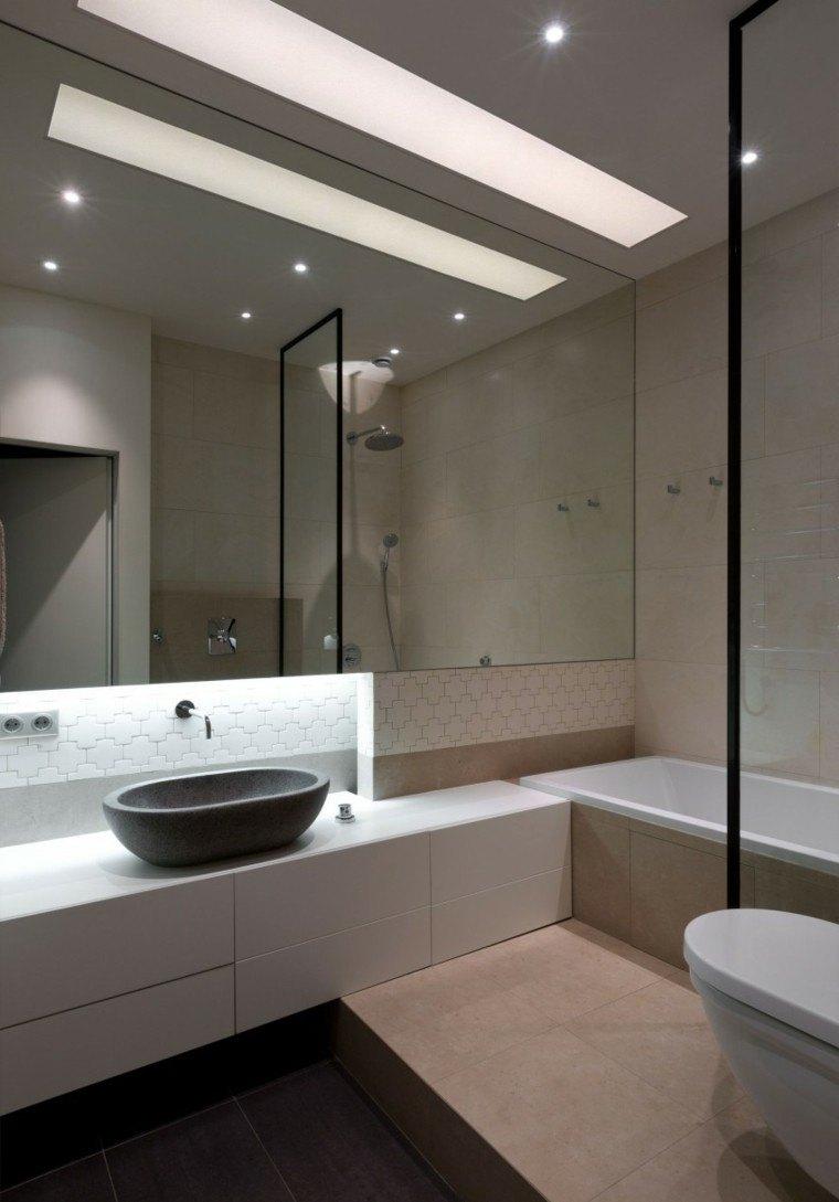 banos estilo minimalista moderno espejo grande losas blancas ideas