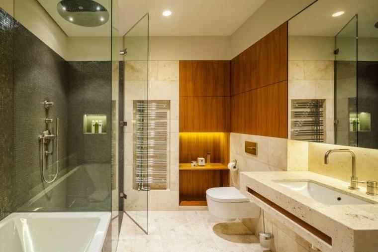 El Baño De Jacuzzi Al Pasado:pared de madera en el baño moderno al estilo minimalista