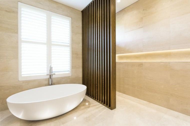 banos estilo minimalista moderno pared separadora madera ideas