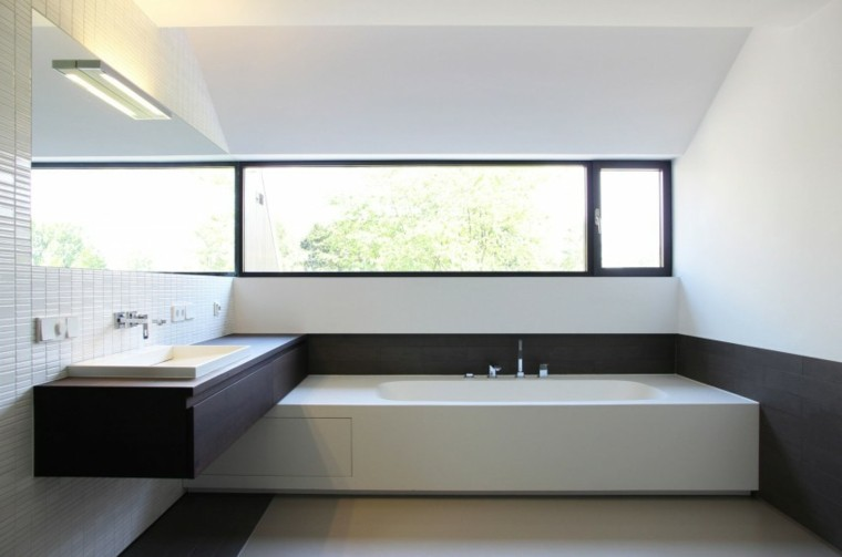 Baños Con Ducha Negra:lavabo de madera negra en el baño moderno al estilo minimalista