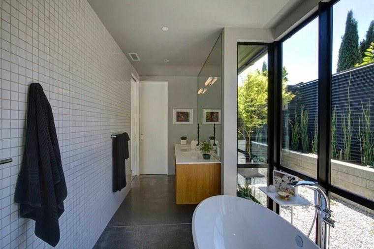 Baños Jacuzzi Modernos:losas blancas en la pared del baño moderno al estilo minimalista