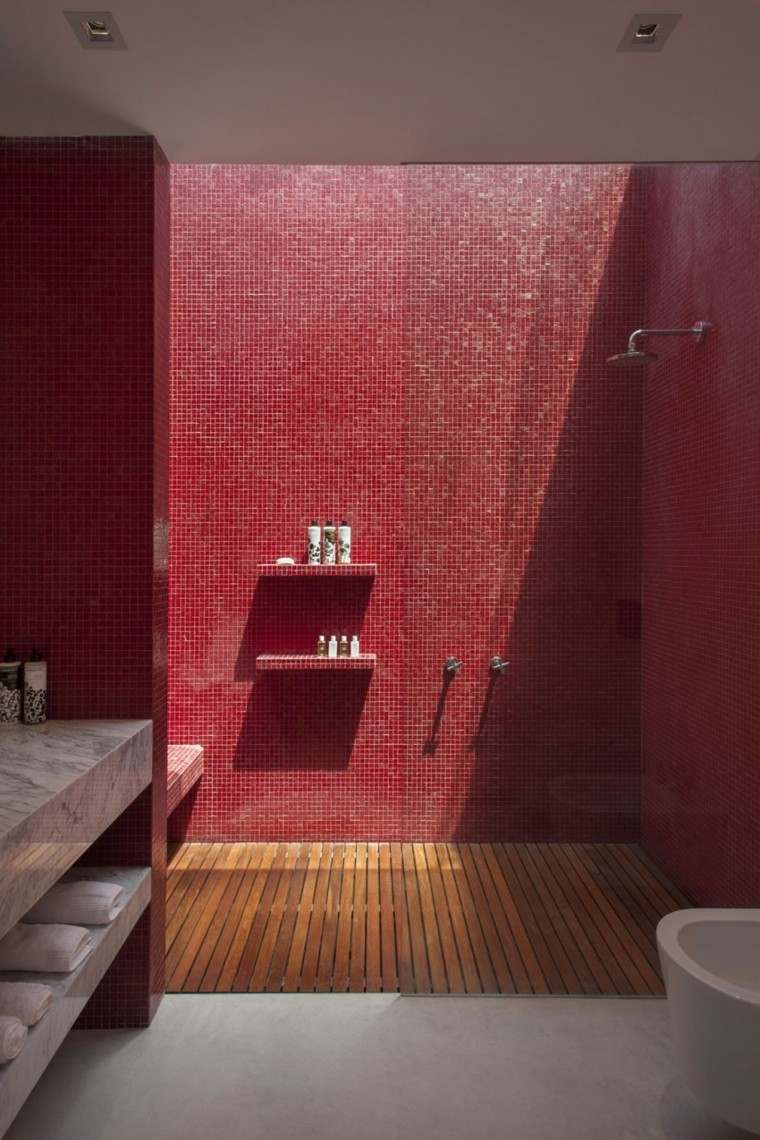baños minimalistas modernos mosaico rojo vibrante ideas