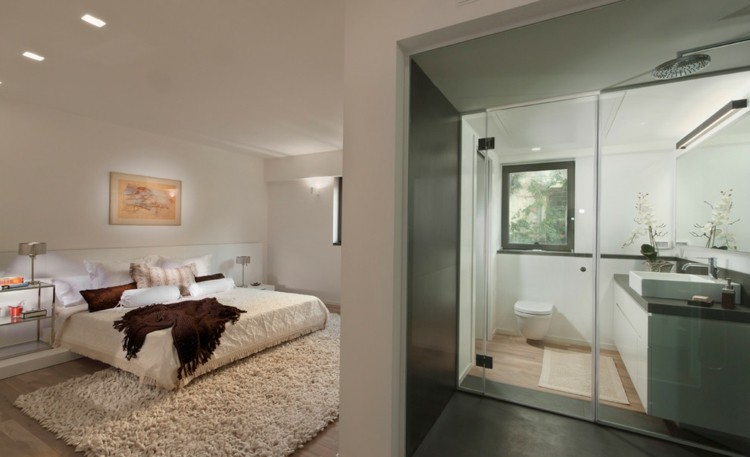 bonito dormitorio cuarto baño puerta
