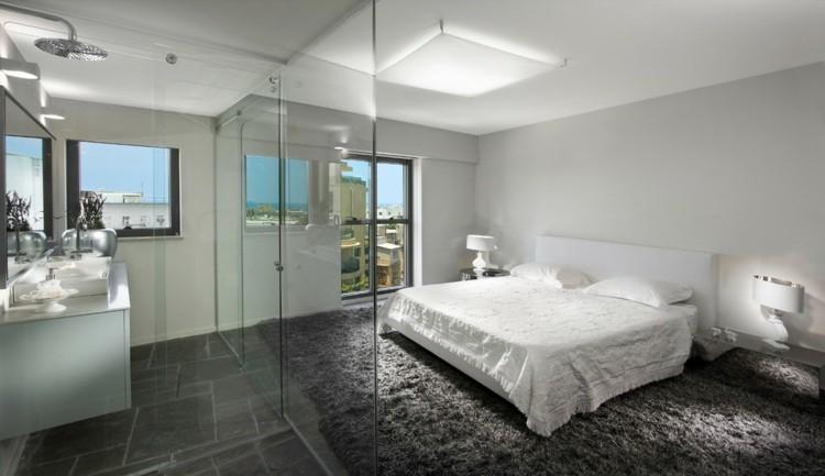 cama blanca cuarto baño cristal