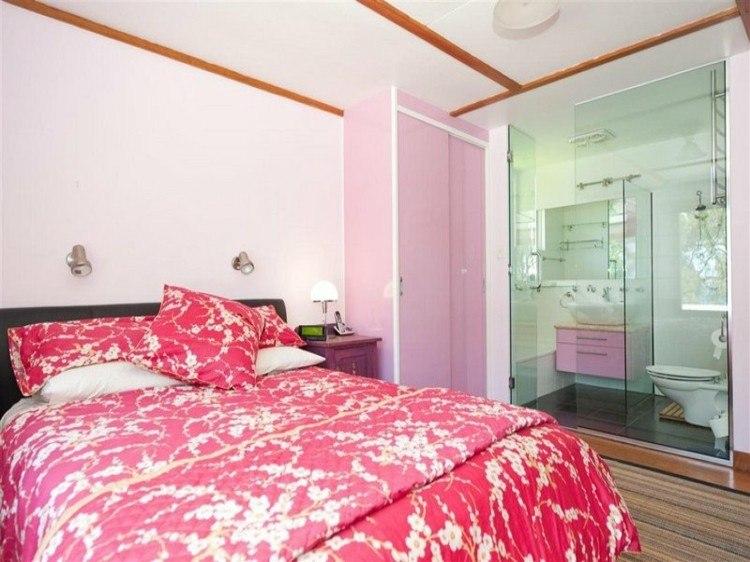 cama rosa cuarto baño cristal