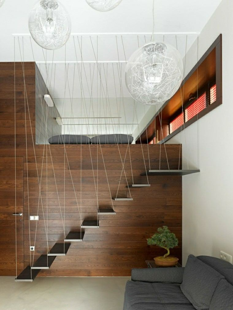 ideas creativas de escaleras colgantes y pared de madera en casa
