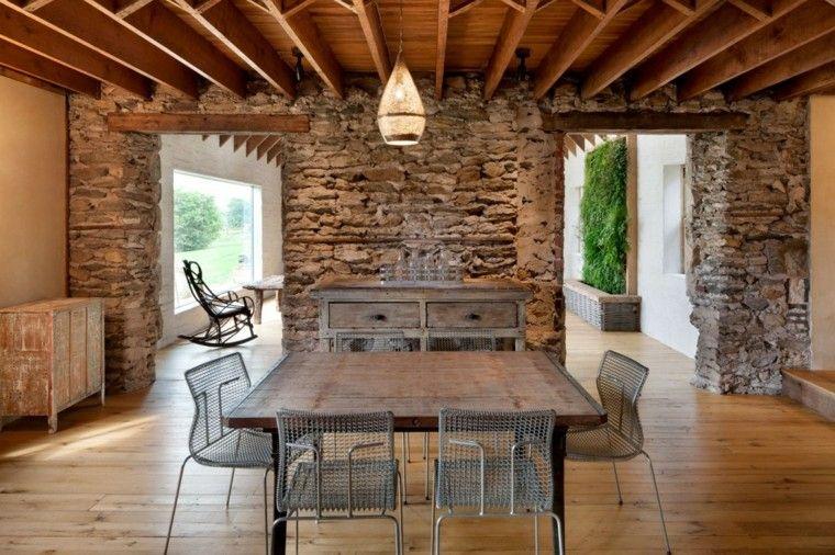 casa piedras lampara sillas metal calido