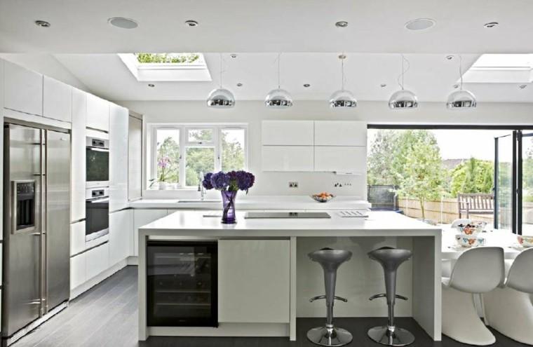 cocina blanca jarron flores moradas