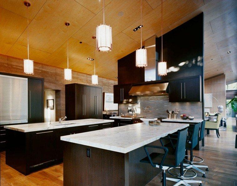 cocina americana taburetes madera amplia
