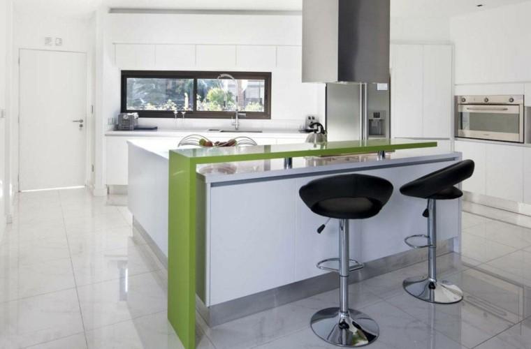 cocina americana verde barra sillas