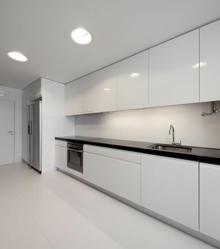 Cocinas blancas de dise o moderno 50 ejemplos - Cocina blanca encimera negra ...