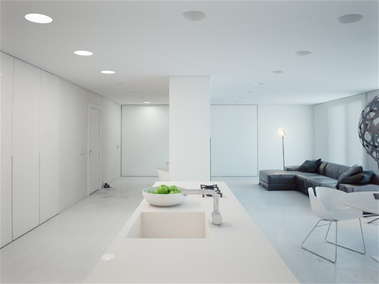 Espacio en blanco m s de 100 ideas para cocinas minimalistas for Paredes grises y puertas blancas