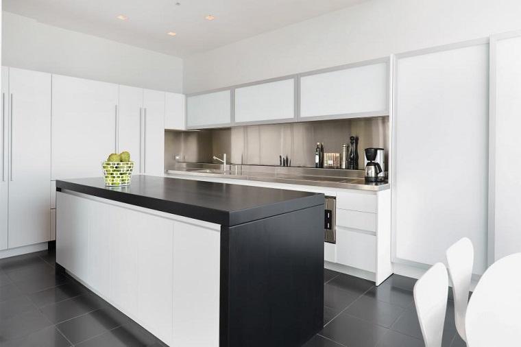 cocina blanca estilo minimalista isla negra pared acero ideas
