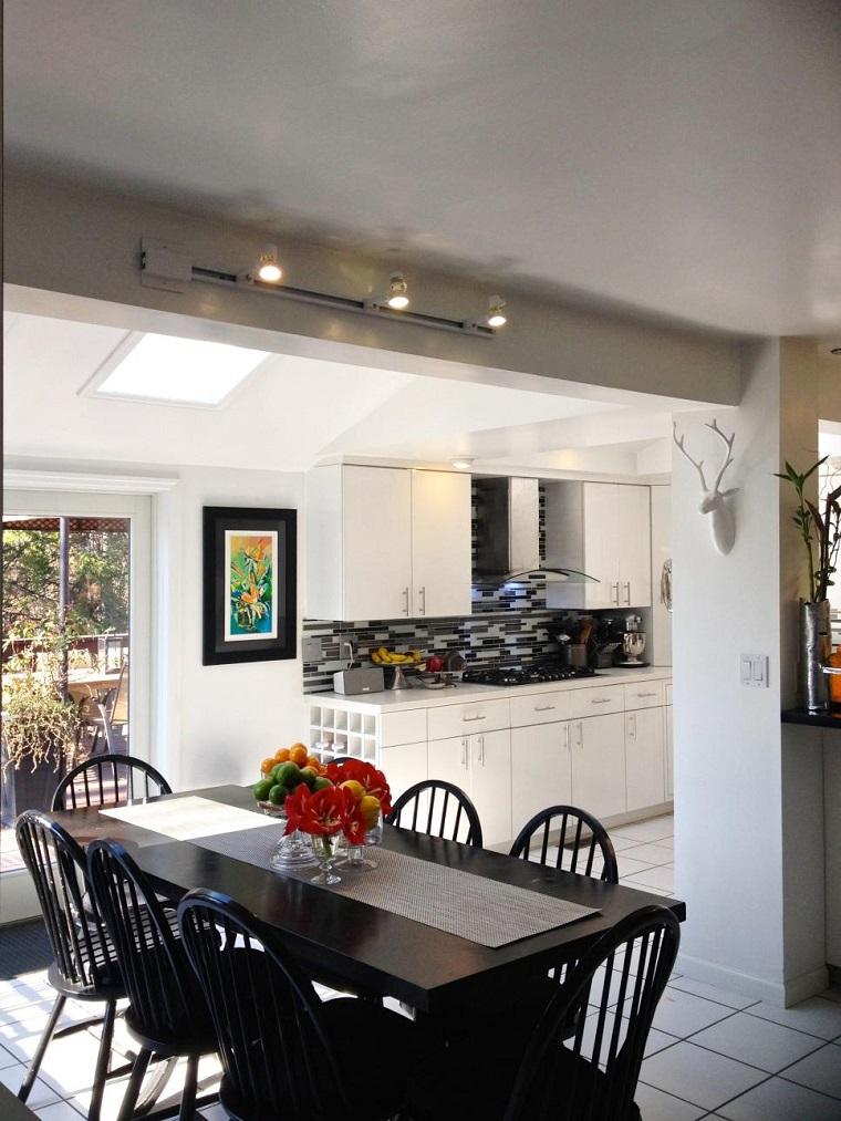 cocina blanca estilo minimalista mesa sillas comidas negras ideas
