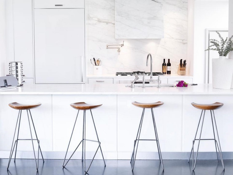 cocina blanca estilo minimalista moderna sillas madera ideas