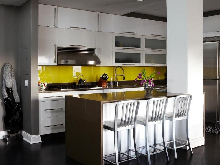 cocina blanca estilo minimalista pared amarilla llamativa ideas