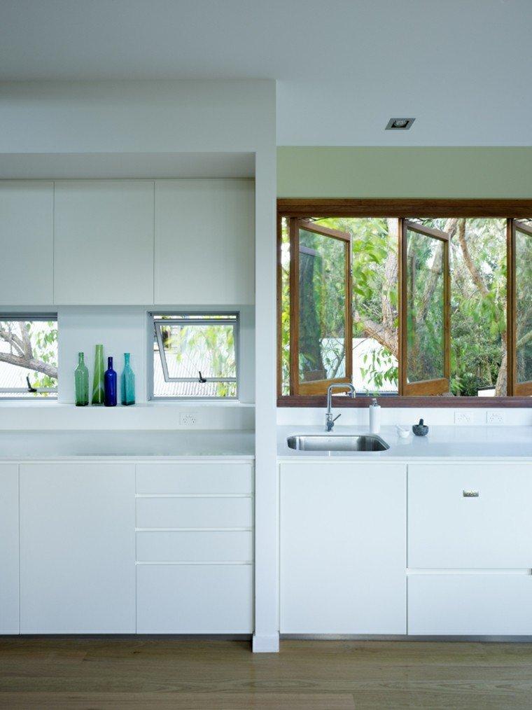 cocina blanca estilo minimalista ventana botellas decorativas ideas